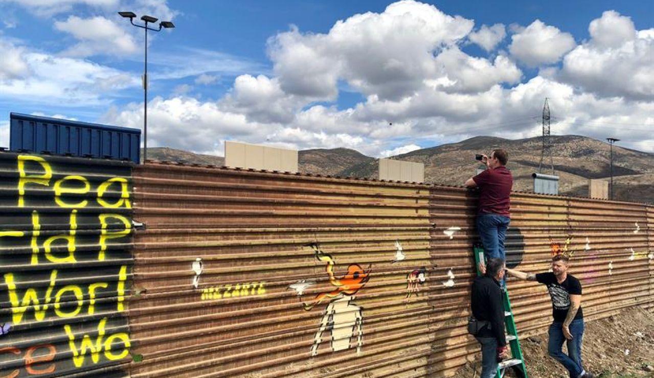 Turistas visitan la frontera con México
