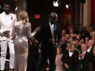 Tarell Alvin McCraney y Barry Jenkins en el momento de confusión de los Oscar