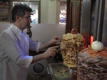 Así prepara Georges sus kebabs.