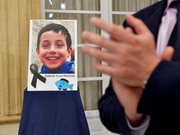 Retrato del niño Gabriel Cruz colocado en el patio de la Diputación de Almería