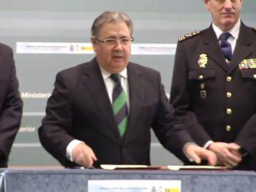 Policías y guardias civiles firman con Juan Ignacio Zoido el acuerdo para la equiparación salarial
