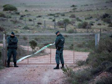 Efectivos de la Guardia Civil en las inmediaciones del pozo el que podría haber estado Gabriel Cruz
