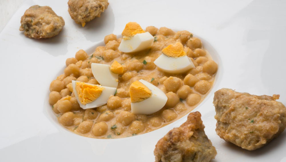 Garbanzos con alcachofas y huevo cocido