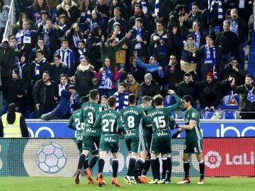 Los jugadores del Betis celebran uno de los goles contra el Alavés