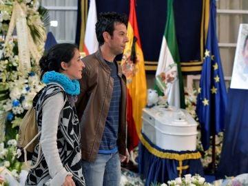 Ángel Cruz y Patricia Ramírez, los padres de Gabriel Cruz, en la capilla ardiente