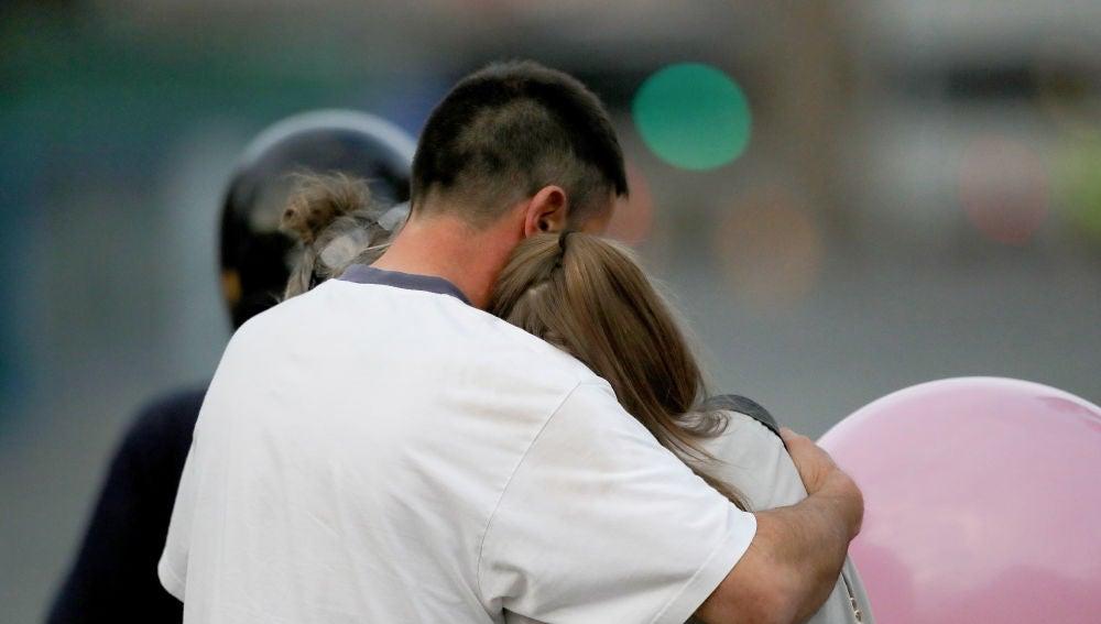 Un hombre muestra empatía con una mujer
