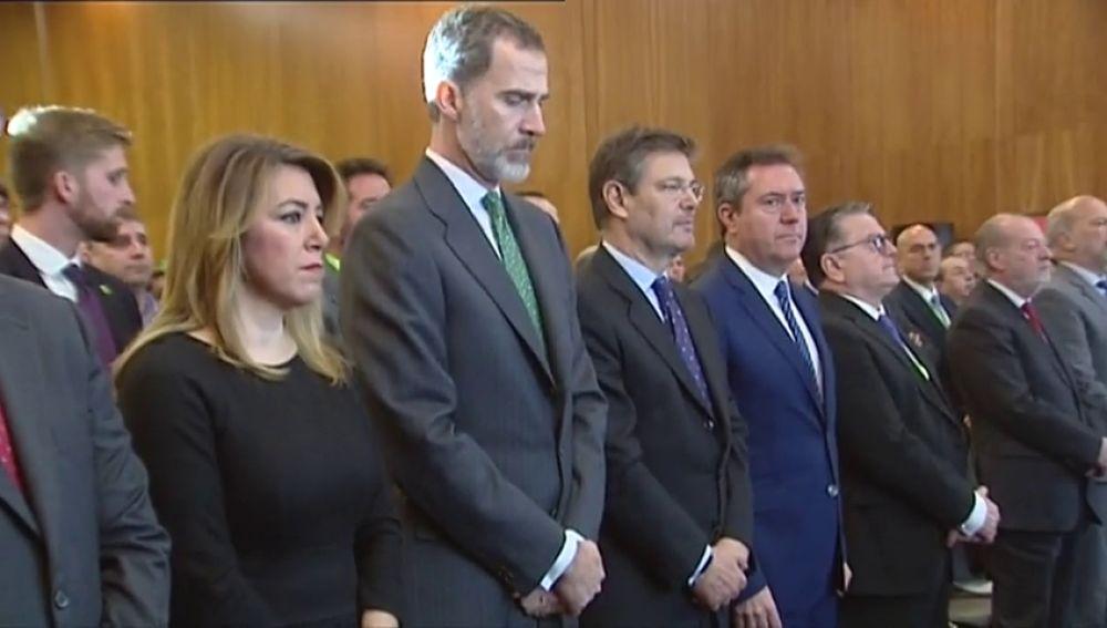 El Rey Felipe VI guarda un minuto de silencio en homenaje a Gabriel Cruz