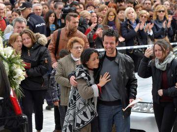 Los padres de Gabriel tras finalizar el funeral de su hijo