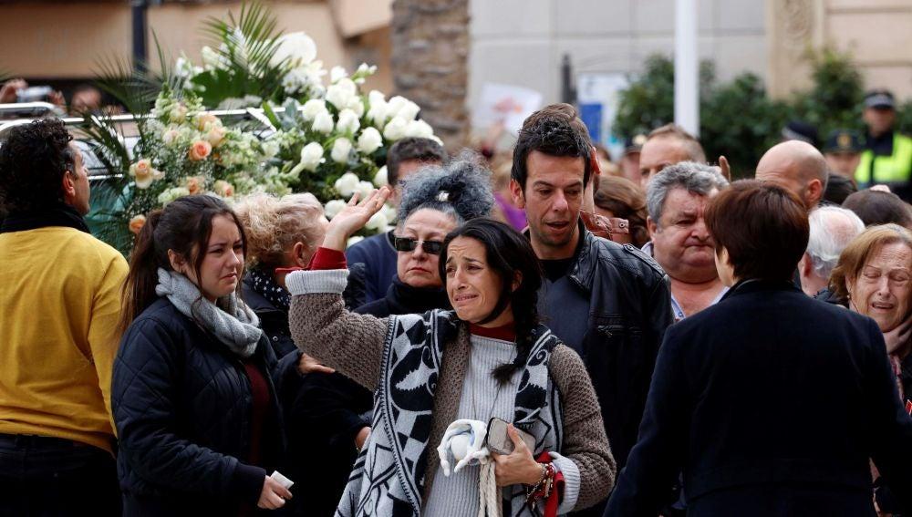 Los padres de Gabriel Cruz acompañan el féretro en la Catedral de Almería
