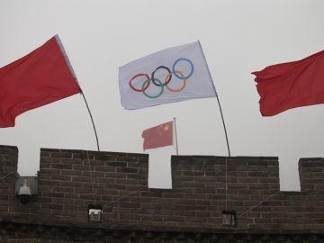 La bandera olímpica ondea en la Gran Muralla en Pekín