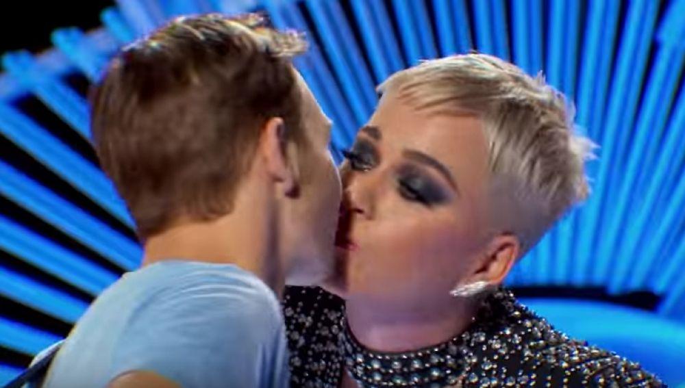 Katy Perry, duramente criticada por besar en la boca a un concursante de American Idol