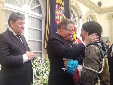 Juan Ignacio Zoido recibe de la manos de la madre de Gabriel la bufanda del pequeño