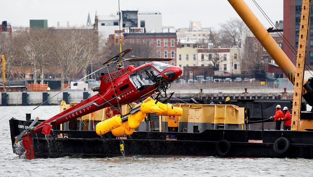 Recuperan el helicóptero accidentado en Nueva York