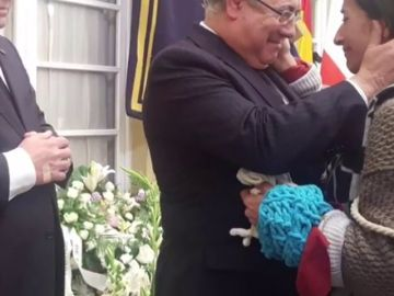 El ministro del Interior recibe la bufanda emocionado
