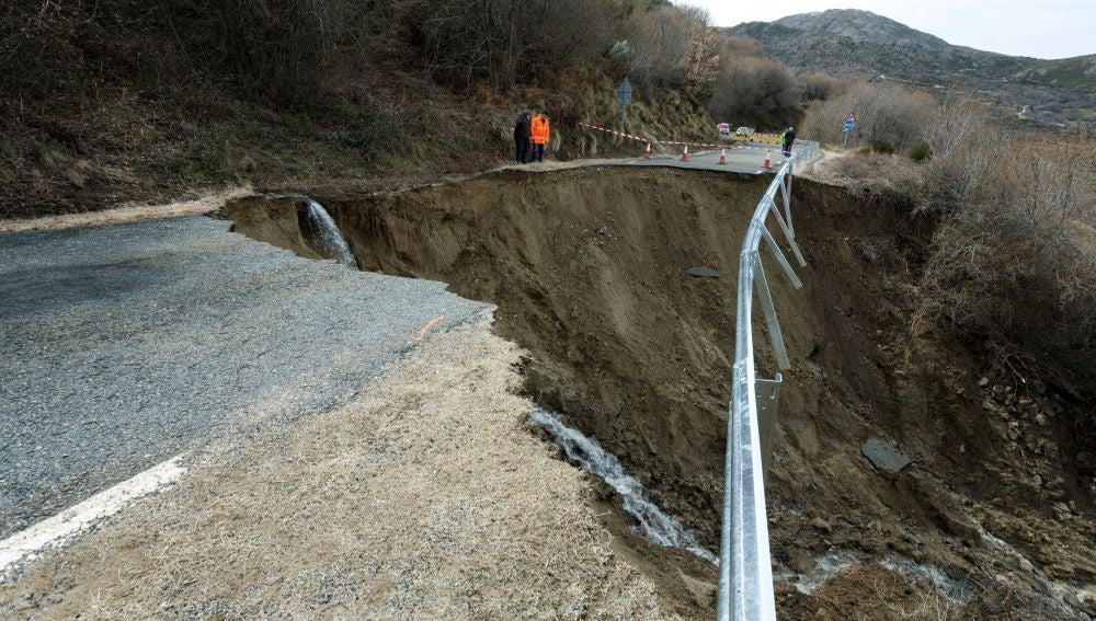 Las lluvias y el deshielo han provocado el derrumbe de un tramo de la carretera AV-901