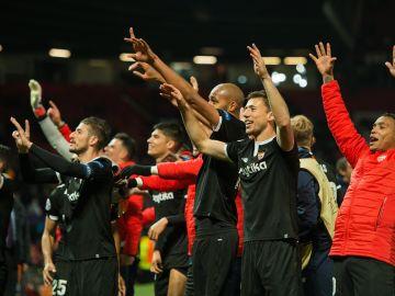 Los jugadores del Sevilla celebran eufóricos el pase en Old Trafford