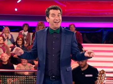 Arturo Valls, impresionado con el premio que le otorga una concursante
