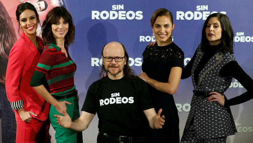 Santiago Segura con las protagonistas de 'Sin Rodeos'