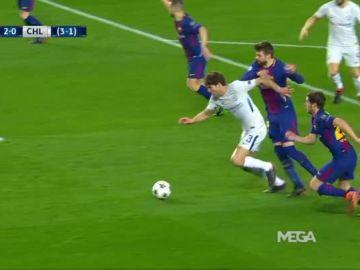El posible penalti de Piqué sobre Marcos Alonso