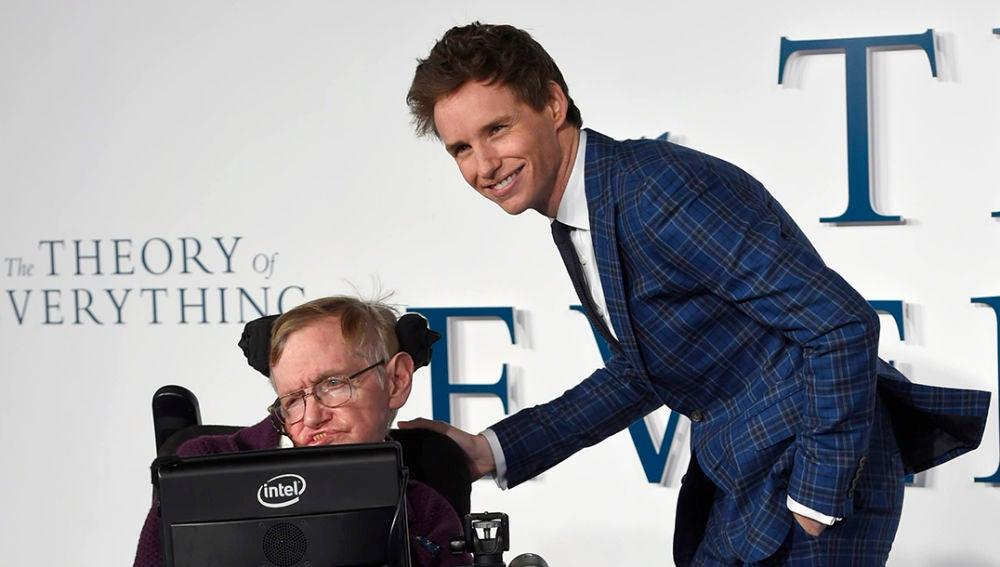 Eddie Redmayne junto a Stephen Hawking en la presentación de 'La teoría del todo'