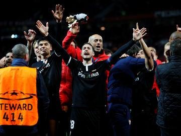Los jugadores del Sevilla celebran el pase a cuartos con la afición