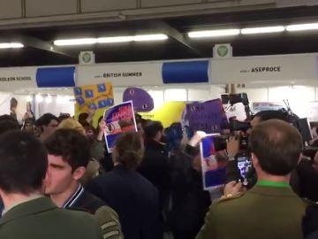 Distintas plataformas contrarias al Ejército se manifiestan frente a su stand en el Salón de la Enseñanza de Cataluña