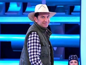 Una concursante ayuda a Arturo Valls a contar un chiste con doble sentido