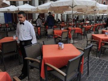 Camarero sirviendo en una terraza
