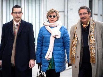 La senadora del PP y exalcaldesa de Cartagena Pilar Barreiro acompañada de sus abogados a su llegada a la sede del Tribunal Supremo.