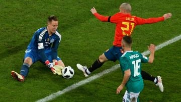 Silva trata de llegar a un balón ante la salida de Ter Stegen