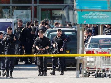 Miembros de las fuerzas de seguridad francesas en el supermercado de Trèbes