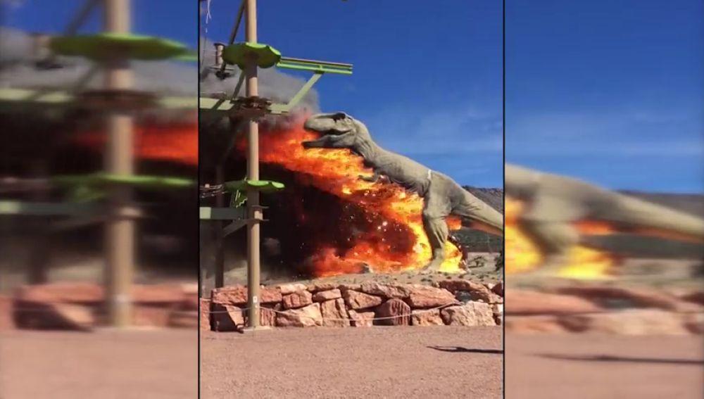 Un Tiranosaurios Rex arde en llamas en un parque temático
