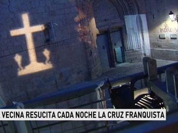 Una vecina resucita cada noche la cruz franquista