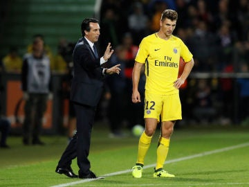 Emery da instrucciones a Meunier durante un partido