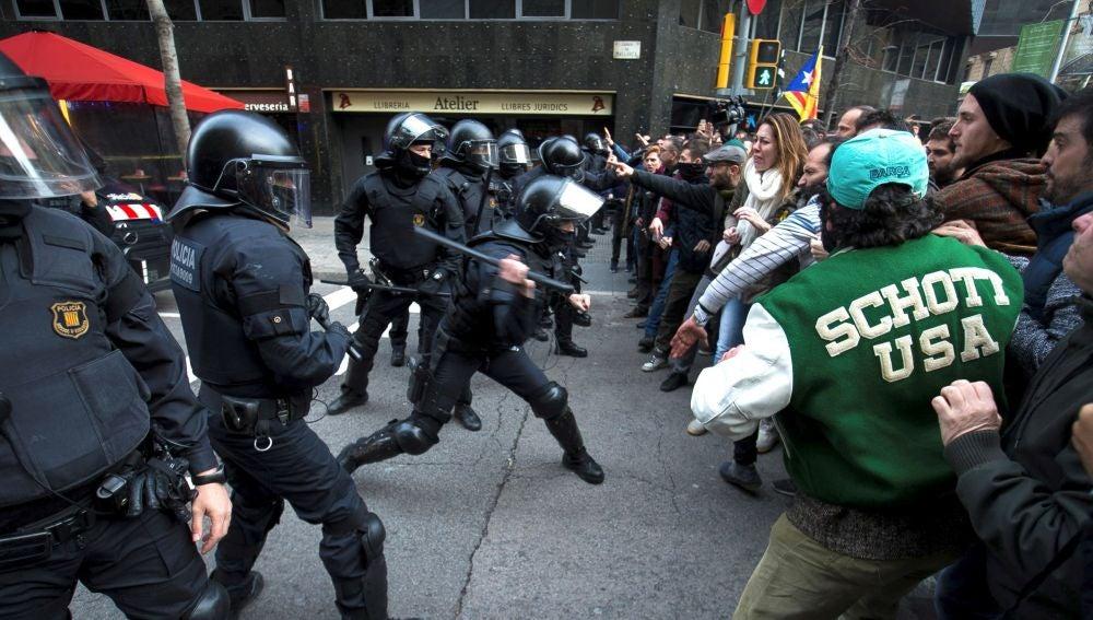 Tensión en la manifestación en Barcelona tras la detención de Puigdemont