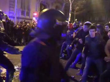 Así han sido las cargas policiales tras las manifestaciones contra la detención de Puigdemont