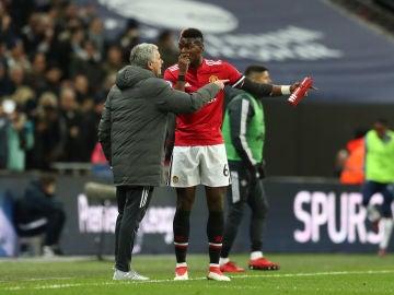 Mourinho habla con Pogba durante un partido