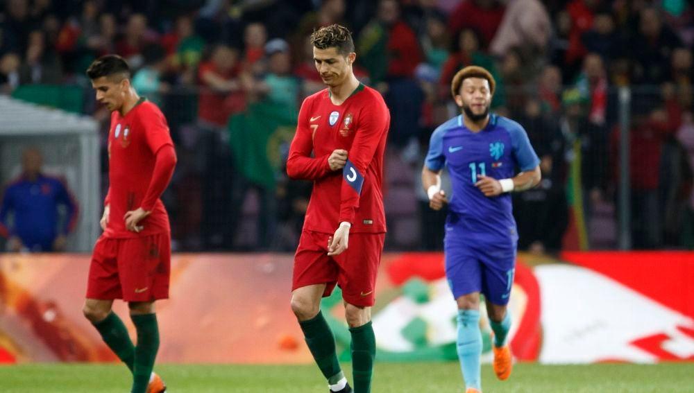 Cristiano Ronaldo se lamenta tras un gol de Holanda