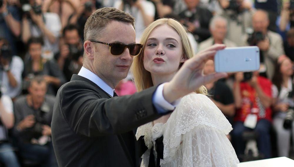 Nicolas Winding Refn y Elle Fanning en el Festival de Cannes