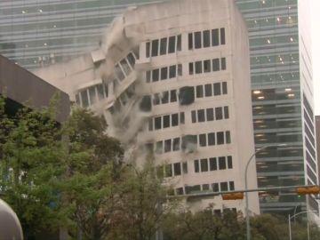 Derrumban un edificio de forma controlada en Austin, Texas