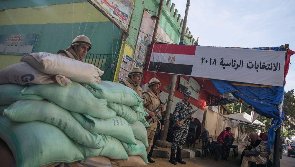 Soldados egipcios vigilan un colegio electoral