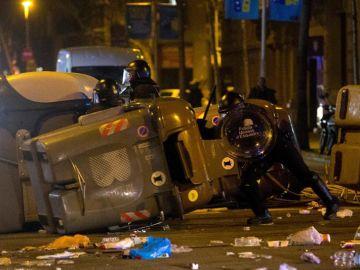 Miembros de los Mossos d´Escuadra durante los altercados en Barcelona
