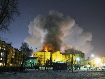 Una columna de humo se eleva sobre el centro comercial de la ciudad rusa de Kémerovo