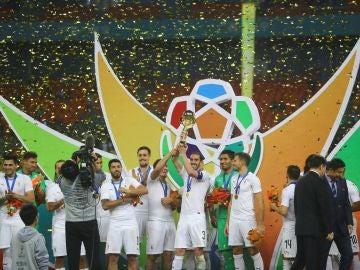 Los jugadores de Uruguay levantan la China Cup