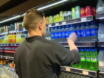 El precio máximo de las botellas de agua en los aeropuertos españoles será de un euro