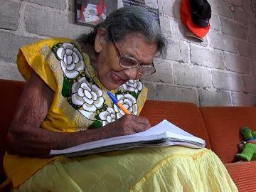 Lupita, la mexicana que aprendió a leer a los 96 años