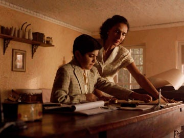 Un joven Gianni aprende el oficio de su madre