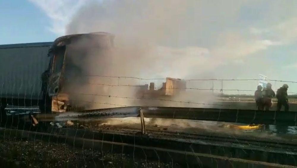 Cortan la A-3 a la altura de la localidad valenciana de Riba-roja tras un accidente entre dos camiones