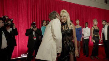 Donatella brilla ante los medios de comunicación de la mano de Versace