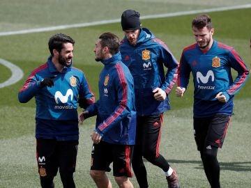 Koke e Isco bromean durante un entrenamiento de la Selección